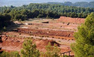 Vue générale prise le 8 octobre 2010 du site de MangeGarri à Gardanne où des résidus de bauxite produisant des boues rouges sont stockés sous forme solide