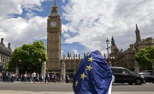 Des Anglais abasourdis après la victoire du Brexit, le 24 juin 2016.