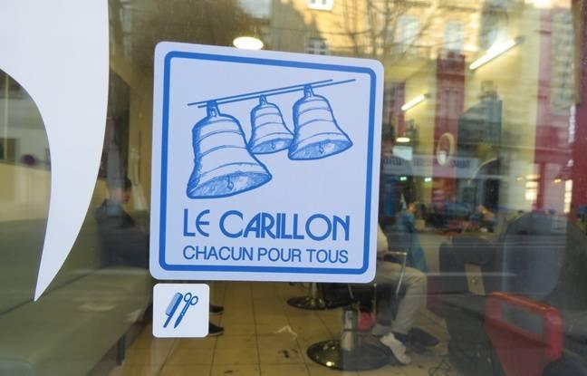 Logo de l'association Le Carillon sur la vitrine d'un commerce nantais