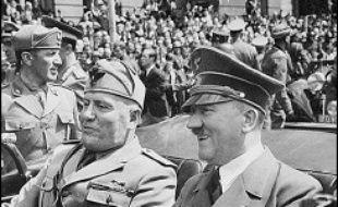 """Le führer se suicide dans son bunker, le 30 avril 1945, peu après l'entrée dans Berlin de l'Armée rouge soviétique. En fuite vers la Suisse après la défaite allemande, le """"Duce"""", qui dirigea l'Italie de 1922 à 1943, est reconnu par des partisans italiens et fusillé le 28 avril 1945."""