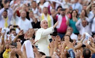 Le pape François acclamé par les fidèles sur la place Mère Teresa le 21 septembre 2014 à Tirana