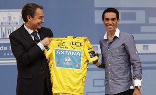 Le Premier ministre espagnol,José Luis Rodriguez Zapatero reçoit Alberto Contador après sa victoire sur le Tour de France, le 26 juillet 2010 à Madrid.