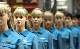 Dans la série Real Humans, les Hubots, des robots à l'apparence quasi humaine, sont utilisés pour assister les humains, du ménage aux courses en passant par la garde des enfants.