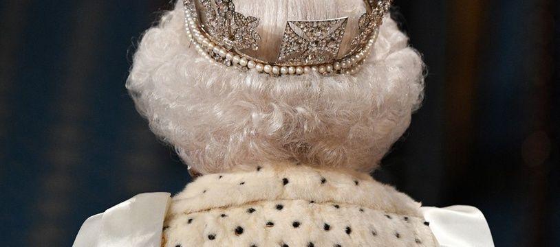 Elizabeth II lors du discours du trône, avec son diadème.
