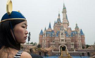 Une jeune fille porte des oreilles de Mickey pour la cérémonie d'ouverture du Disney Resort de Shanghai le 16 juin 2016