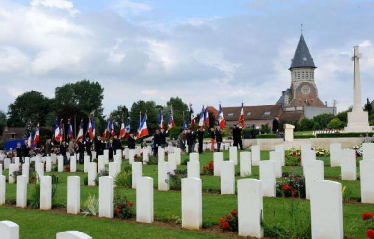 Les tombes de neuf soldats australiens tombés lors de la Première Guerre Mondiale et récemment identifiés grâce à des tests ADN, ont été consacrées lors d'une cérémonie organisée vendredi à l'occasion du 96e anniversaire de la bataille de Fromelles (Nord). – Denis Charlet afp.com