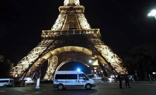 Des forces de l'ordre devant la Tour Eiffel, évacuée après une fausse alerte à la bombe, mardi 14 septembre 2010.