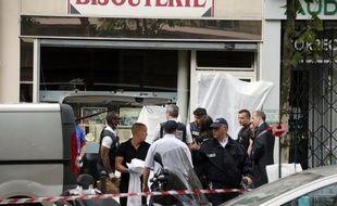Un homme qui tentait de braquer une bijouterie jeudi après-midi à Paris a été tué par balles par le propriétaire de la boutique qui a été placé en garde à vue, une affaire qui illustre la recrudescence et la violence des vols à main armée contre ces commerces.