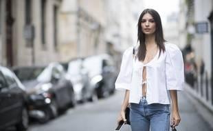 La mannequin Emily Ratajkowski porte du Maison Cléo.