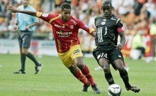 Issam Jemaa (Lens)à la lutte avec Rio Mavuba (Lille), dimanche, à Bollaert.