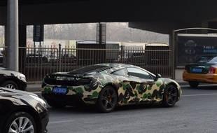 """Illustration d'une voiture """"camouflage"""" aux vitres teintées"""