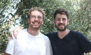 Daniel (g) et Corentin (d) veulent promouvoir   l'huile d'olive française.