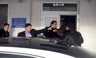 Le fils de Nicolas Sarkozy, Pierre Sarkozy, quitte l'hôpital d'Odessa (Ukraine), le 25 janvier 2011.