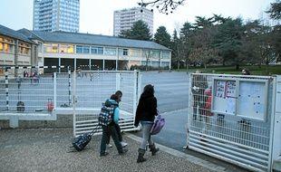 Des élèves entrent à l'école Trégain, à Rennes, où des rats ont été découverts