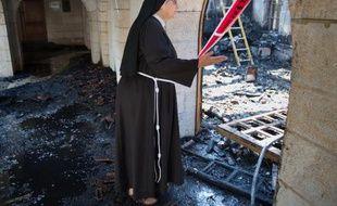 Une soeur dans le sanctuaire de Tabgha en Israël, ravagé par un incendie, le 18 juin 2015
