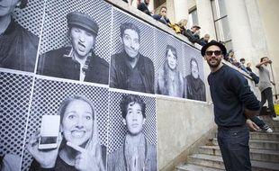 L'artiste  JR investit le parvis du Palais de Tokyo du 6 au 8 novembre en collant  les portraits des nombreux visiteurs qui souhaitent participer à  l'oeuvre monumentale éphèmere, le 6 novembre 2013.