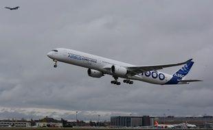 L'Airbus A350-1000 réalise son premier vol d'essai au départ de l'aéroport de Toulouse-Blagnac, le 24 novembre 2016.
