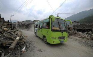 Les évacuations massives de population se poursuivaient mardi dans le sud-ouest de la Chine devant le risque de rupture de barrages, plus de deux semaines après le séisme qui a fait au moins 88.000 morts et disparus.