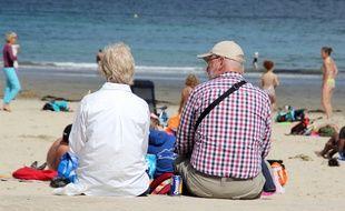 Illustration d'un couple de retraités, ici au bord de la plage de Dinard.