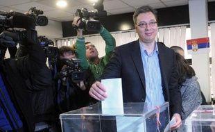 Le vice-Premier ministre Aleksandar Vucic vote le 16 mars 2014 à Belgrade. Il est le favori pour le poste de Premier ministre après les élections