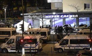 Lors de l'intervention des forces de l'ordre pendant la prise d'otages à l'Hyper Casher de la porte de Vincennes, à Paris, 9 janvier 2015.