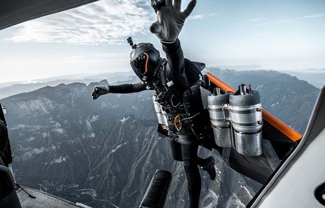 Les Soul Flyers se sont envolés avec Jetman depuis un avion.