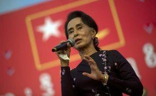 La dirigeante de l'opposition birmane Aung San Suu Kyi s'adresse à ses partisans lors d'un rassemblement à Rangoun, le 1er novembre 2015