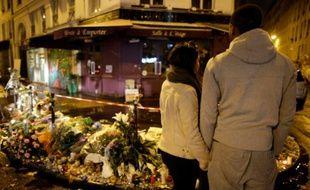 Mémorial en hommage aux victimes des attentats devant la pizzeria La Casa Nostra, le 13 novembre 2015 à Paris