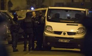 Des policiers et des démineurs près d'un immeuble lors de perquisitions menées à Argenteuil (banlieue nord de Paris), le 24 mars 2016