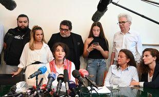 Doria Chouviat, la veuve de Cédric Chouviat, entourée de ses enfants et des parents de la victime dans le cabinet de leur avocat
