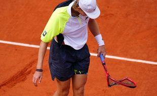 Denis Shapovalov éclate sa raquette lors du 2e tour de Roland-Garros, le 1er octobre 2020.