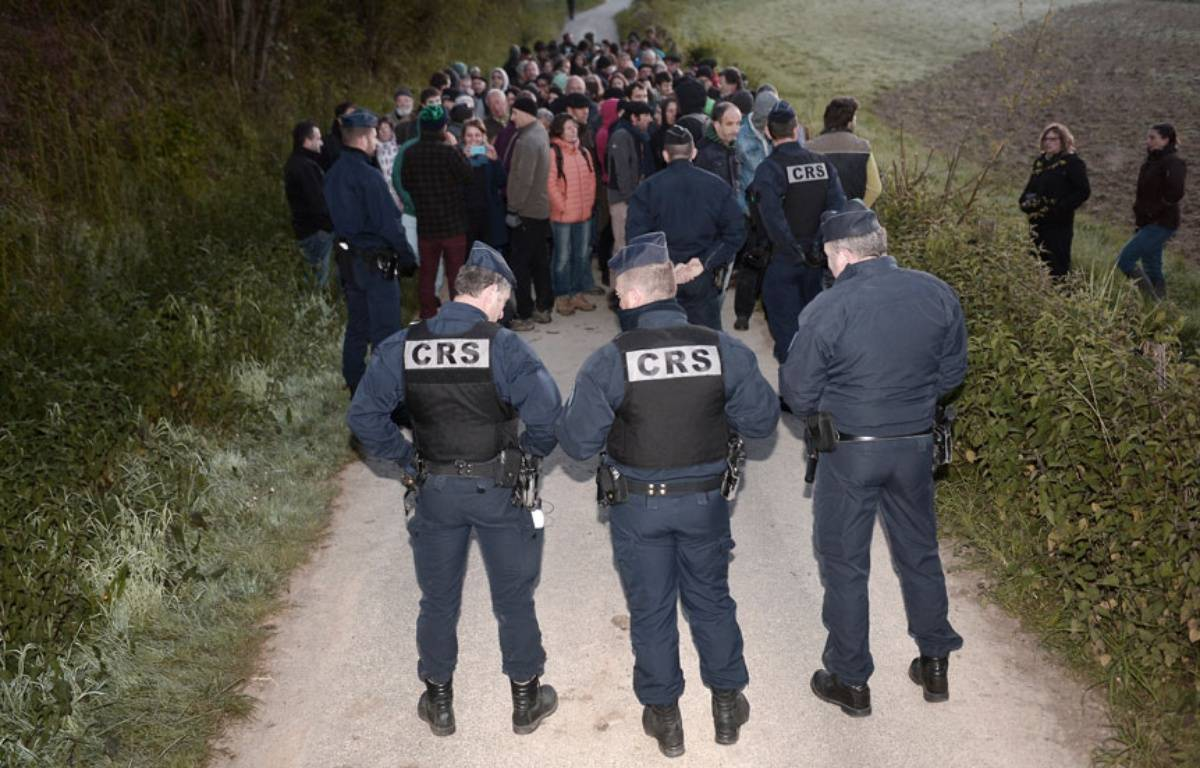 Manifestants opposés aux abattages massifs et CRS se sont fait face ce vendredi matin à Barcus, dans le Pays-Basque.  – IROZ GAIZKA / AFP