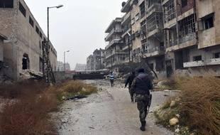 Sur cette photo diffusée par une agence pro-gouvernementales, des soldats de Bachar al-Assad progressent dans les rues d'Alep-Est, le mardi 13 décembre.