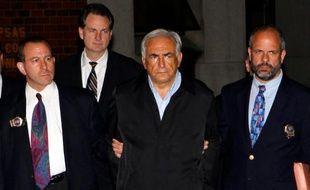 Dominique Strauss-Kahn quitte le commissariat de Harlem menotté, le 15 mai 2011.