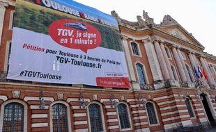 Sur la façade du Capitole, la mairie de Toulouse affiche son soutien à l'extension de la LGV Paris - Bordeaux vers la Ville rose, le 28 mars 2017.