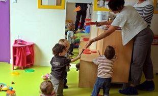 """La proposition de loi sur le principe de laïcité dans les crèches, centres de loisirs et chez les assistantes maternelles, examiné mercredi par le Sénat, soulève une vague de critiques auprès d'experts qui la jugent à la fois """"grotesque"""" et """"liberticide""""."""