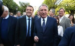 Aux côtés d'Emmanuel Macron, François Bayrou est souriant, le 12 avril 2017, à Pau.