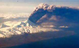 Le volcan Pavlof, dans les îles aléoutiennes, en Alaska, le 27 mars 2016