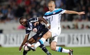 Le Lillois Joe Cole au duel avec le Bordelais Landry Nguemo, le 20 septembre 2011, à Bordeaux.