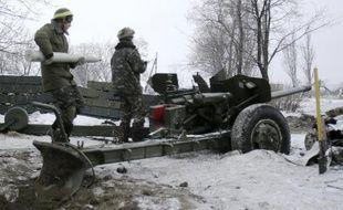 Un soldat ukrainien charge un canon près de l'aéroport de Donetsk le 2 décembre 2014