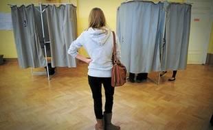 Une jeune électrice, dimanche matin, au bureau de vote de la Bourse de commerce.