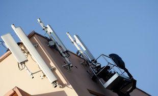 Des techniciens qui travaillent sur une antenne-relais, à Toulouse. archives.