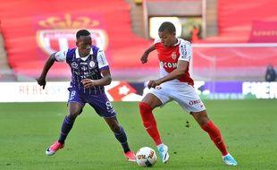 Le Toulousain Dodi Lukebakio tente de s'opposer au Monégasque Kylian Mbappé lors du match de Ligue 1 entre l'ASM et le TFC, le 29 avril 2017 au stade Louis-II de Monaco.
