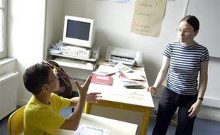 Les enfants sourds sont les grands perdants de la politique d'intégration scolaire des handicapés et le choix linguistique (langue des signes ou aide à la parole) reconnu par la loi reste un leurre, faute de personnels qualifiés d'accompagnement, dénoncent les associations.