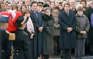 Danielle Mitterrand, Jean-Christophe Mitterrand, Mazarine Pingeot, Gilbert Mitterrand et Adrien Mitterrand sur la place du Château à Jarnac, le 11 janvier 1996.