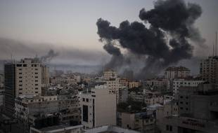 La fumée monte après les frappes aériennes israéliennes sur la ville de Gaza, le mercredi 12 mai 2021.