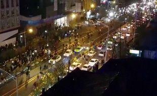 Image capturée d'une vidéo réalisée par une agence de presse iranienne et montrant un groupe d'hommes marchant dans une rue de Téhéran le 30 décembre 2017.