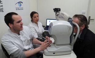 A bord du bus du glaucome, lundi 15 mars 2017, les passants peuvent être examinés par deux spécialistes pour faire une photo du nerf optique et mesurer la tension dans les yeux.