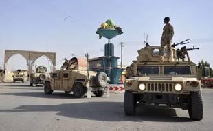 Des soldats afghans patrouillent à Ghazni, le 12 août 2018, alors que les talibans mènent une offensive.