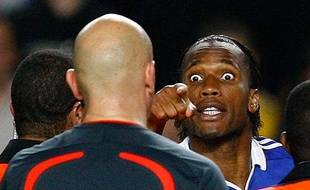 Le joueur de Chelsea Didier Drogba s'en prend à l'arbitre lors de la demi-finale de la Ligue des Champions face à Barcelone, Londres, le 6 mai 2009.
